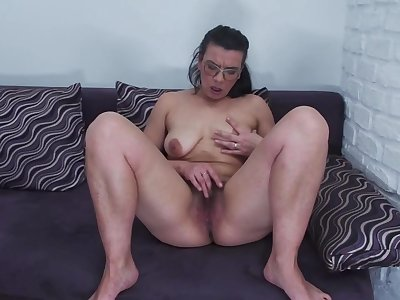 Mature big ass mom Vianne feeding hairy pussy