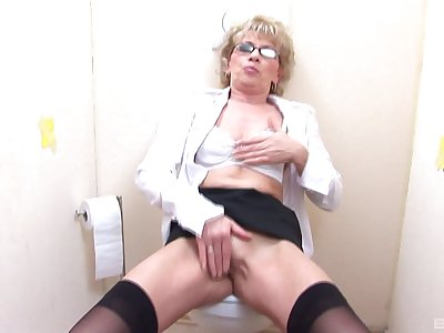Mature sucks and fukcs with a stranger trought be transferred to wall waiting for she cum
