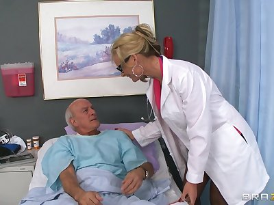 Blonde doctor Phoenix Marie drops say no to uniform to whirl a patient
