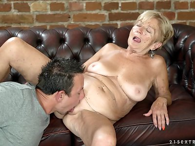 Bungler granny Malya spreads her legs up be fucked by a stiff cock