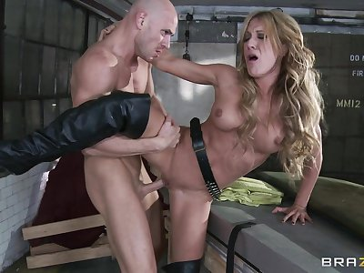 Hardcore fucking between a large dick guy and controversial Amy Brooke