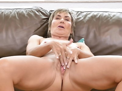 Horny mature wife Lilian Tesh loves dropping her clothes wide tease