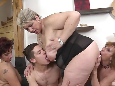 Mature slut Laura Silver invited deliver up her friends for an orgy